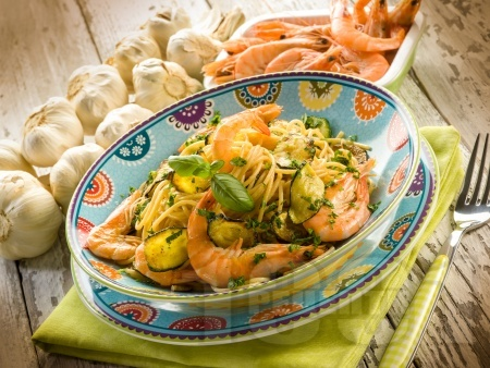 Спагети с тиквички, босилеково песто и скариди - снимка на рецептата